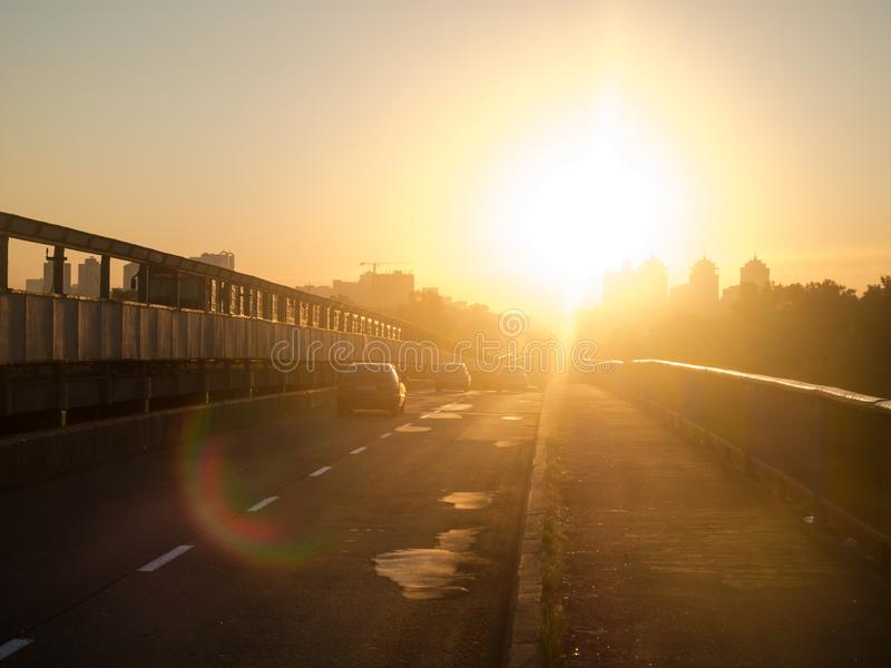 Alba sulla strada sul ponte verso il Sun Sole di mattina di abbagliamento fotografia stock libera da diritti