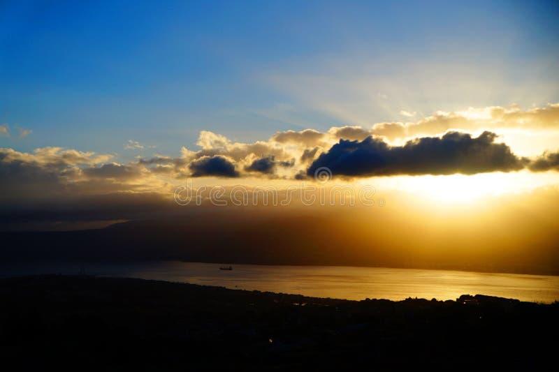 Alba sullo stretto di Messina fotografia stock libera da diritti
