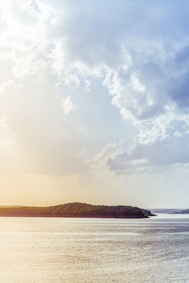 Alba/tramonto dell'isola del lago immagine stock libera da diritti