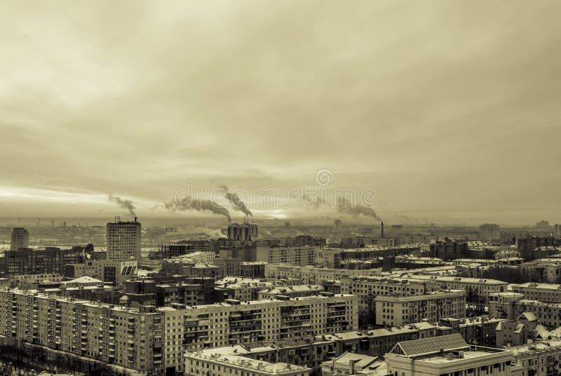 Alba in una città industriale immagine stock libera da diritti
