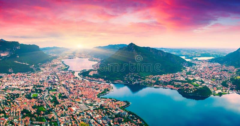 Alba variopinta di estate sulla città e sul lago Lecco fotografia stock libera da diritti