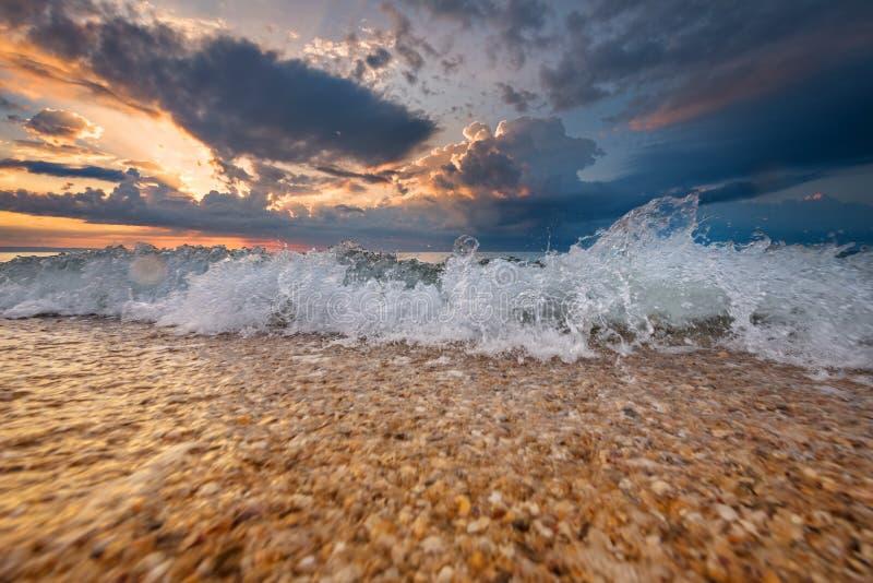 Alba variopinta o tramonto della destinazione della spiaggia fotografia stock libera da diritti