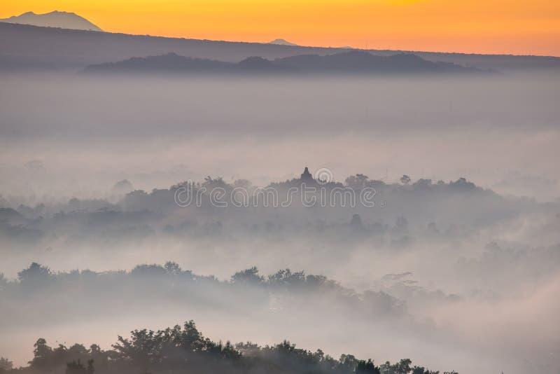 Alba variopinta sopra il tempio di Borobudur immagine stock libera da diritti