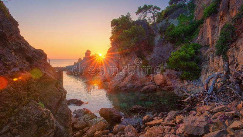 Alba variopinta sulla baia del mare nel Mediterraneo Paesaggio della natura del mare di mattina con il sole luminoso Costa spagno fotografia stock
