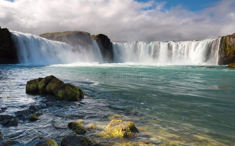 Alba variopinta sulla cascata di Godafoss sul fiume di Skjalfandafljot, Islanda, Europa immagine stock