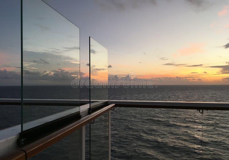 Alba veduta sulla piattaforma della nave da crociera fotografia stock libera da diritti