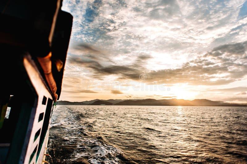 Alba vicino al Flores Viaggio della barca alle isole del parco nazionale in Nusa Tenggara orientale, Indonesia di Komodo immagine stock libera da diritti