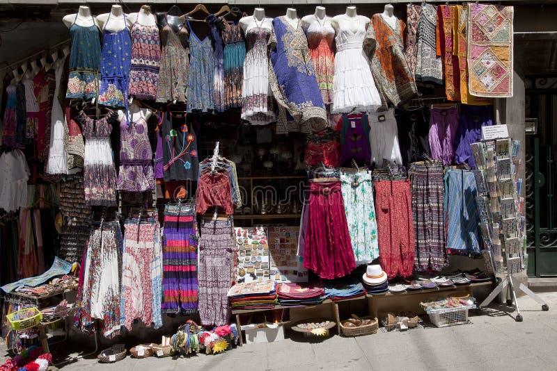 Albaicin, Granada, tiendas con ropa y mercancía orientales imagen de archivo libre de regalías