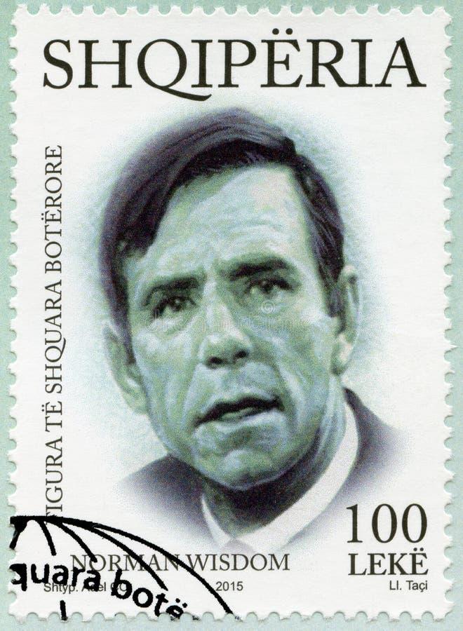 ALBANIË - 2015: toont Sir Norman Joseph Wisdom 1915-2010, reeks Internationale voorname persoonlijkheden stock foto
