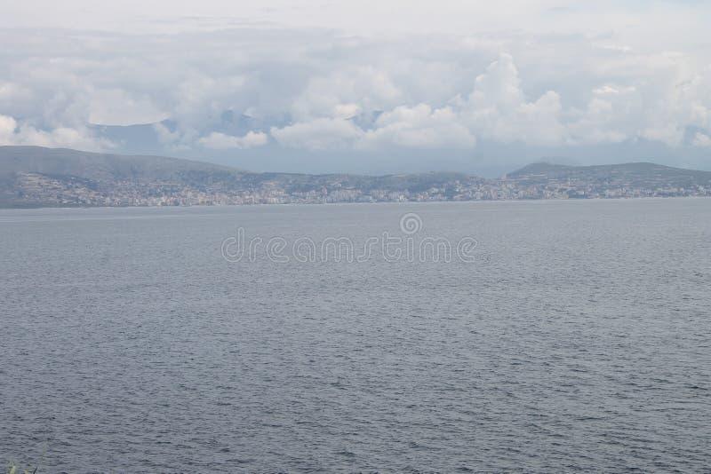 Albanien från Kassiopi, Grekland royaltyfri foto