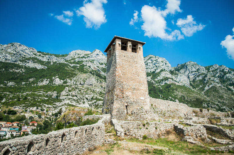 2016 Albanien Kruje gammal tempel, slott på överkanten av kullen royaltyfria foton