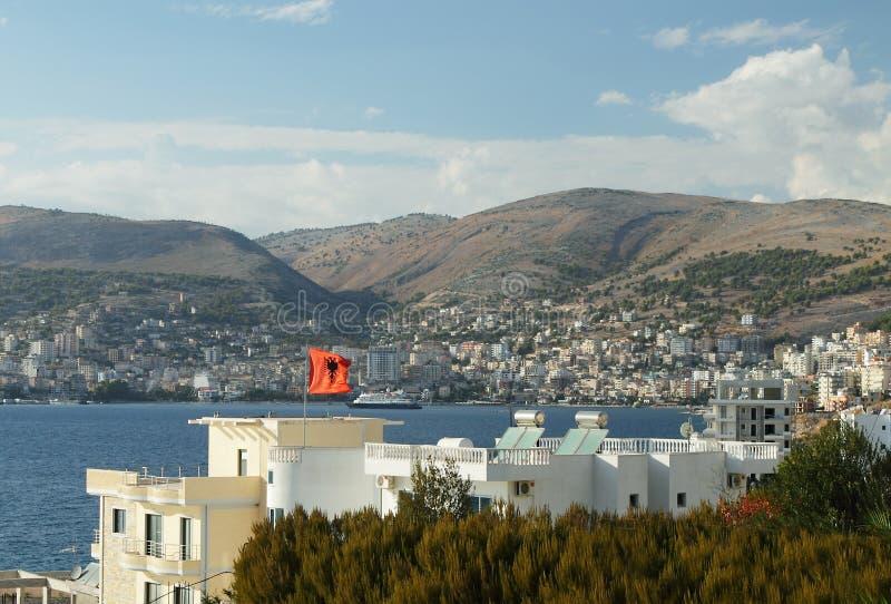 Albanien, Sarande semesterort och fjärd, eftermiddag arkivfoton