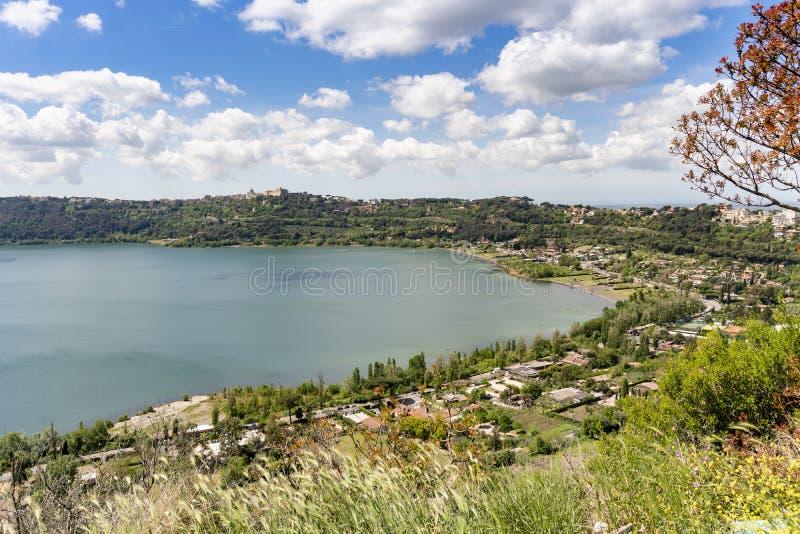 Albano湖位于的冈多菲堡镇,拉齐奥,意大利 免版税图库摄影