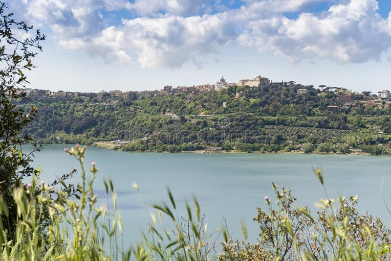 Albano湖位于的冈多菲堡镇,拉齐奥,意大利 免版税库存图片