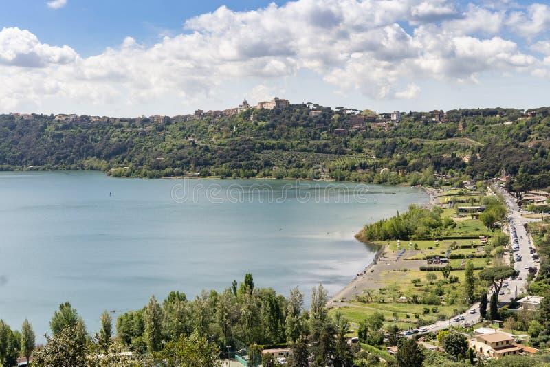Albano湖位于的冈多菲堡镇,拉齐奥,意大利 图库摄影