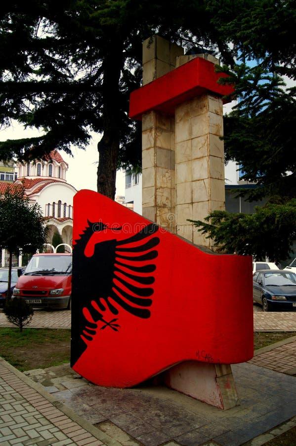 Albansk flagga på en monument i Pogradec Albanien royaltyfri bild