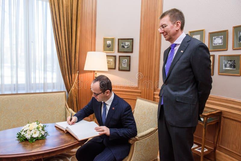 Albansk minister av utländskt - angelägenheter Ditmir Bushati undertecknar på gästboken royaltyfri bild