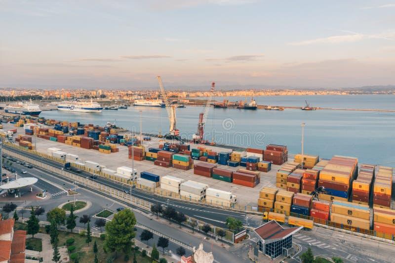 Albansk port av Durres med ett banditfartyg och skeppsvarv royaltyfri fotografi