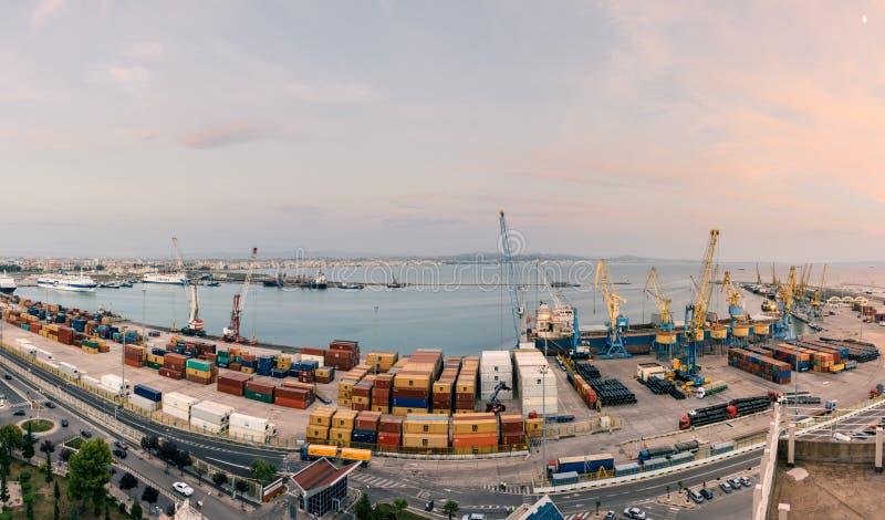 Albansk port av Durres med ett banditfartyg och skeppsvarv royaltyfri bild