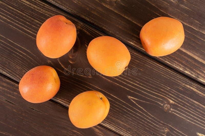 Albaricoque anaranjado fresco en la madera marrón foto de archivo libre de regalías