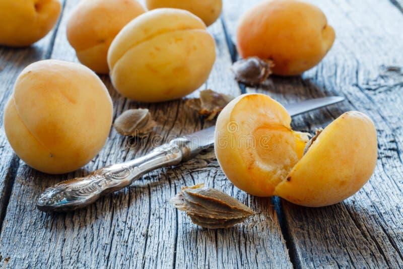 Albaricoques deliciosos dulces maduros grandes en una placa blanca fotos de archivo libres de regalías