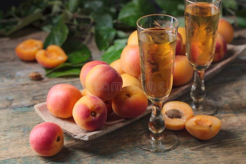 Albaricoques y vidrio jugosos de vino dulce imagen de archivo