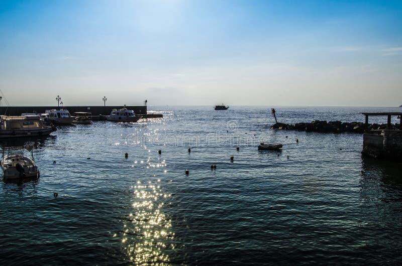 Albeggi nel porto dell'isola Italia di Lipari immagini stock