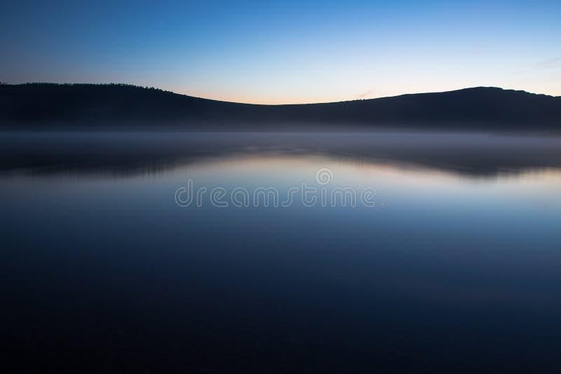 Albeggi sul lago, lago di notte di armonia immagine stock