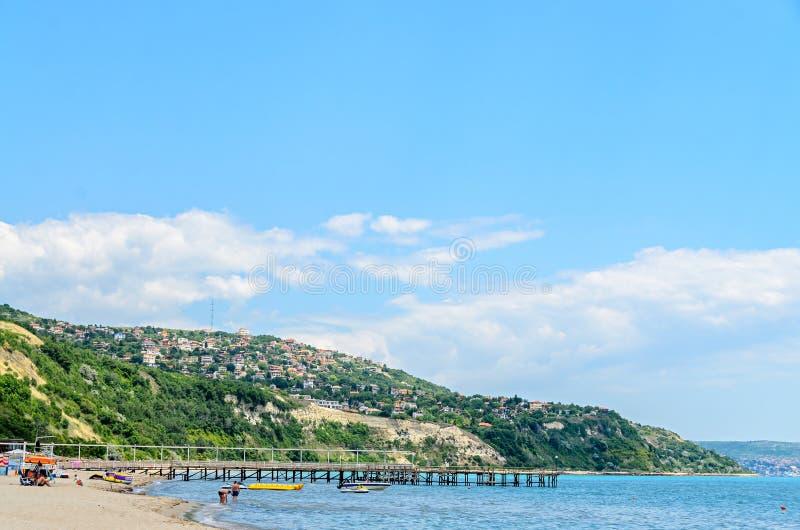 ALBENA,保加利亚- 2017年6月16日:黑海岸,与房子,蓝色的青山覆盖天空 城市巴尔奇克海岸 图库摄影