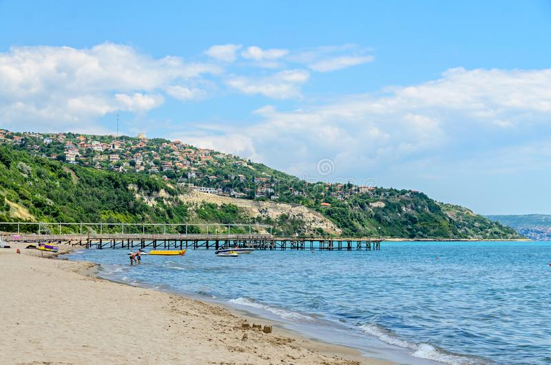 ALBENA,保加利亚- 2017年6月16日:黑海岸,与房子,蓝色的青山覆盖天空 城市巴尔奇克海岸 免版税图库摄影