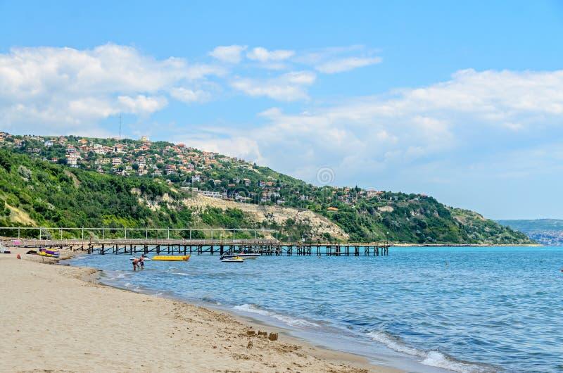 ALBENA, BULGARIJE - JUNI 16, 2017: De kust van de Zwarte Zee, groene heuvels met huizen, blauwe wolkenhemel De kust van stadsbalc royalty-vrije stock fotografie