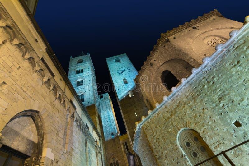 Albenga en la noche imagen de archivo