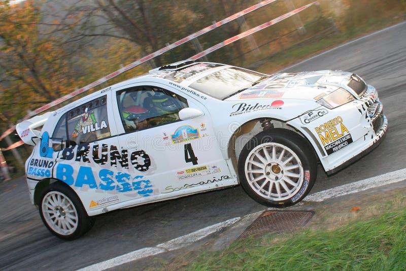 ALBENGA, ITÁLIA - 18 DE NOVEMBRO DE 2007: o carro de corridas de Skoda Fabia fotografia de stock