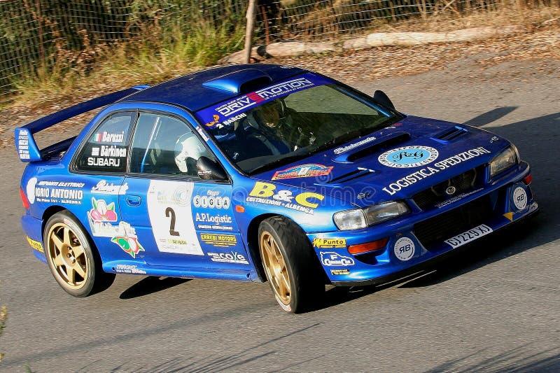 Albenga, Itália - 18 de novembro de 2007: o carro de corridas de Subaru fotos de stock