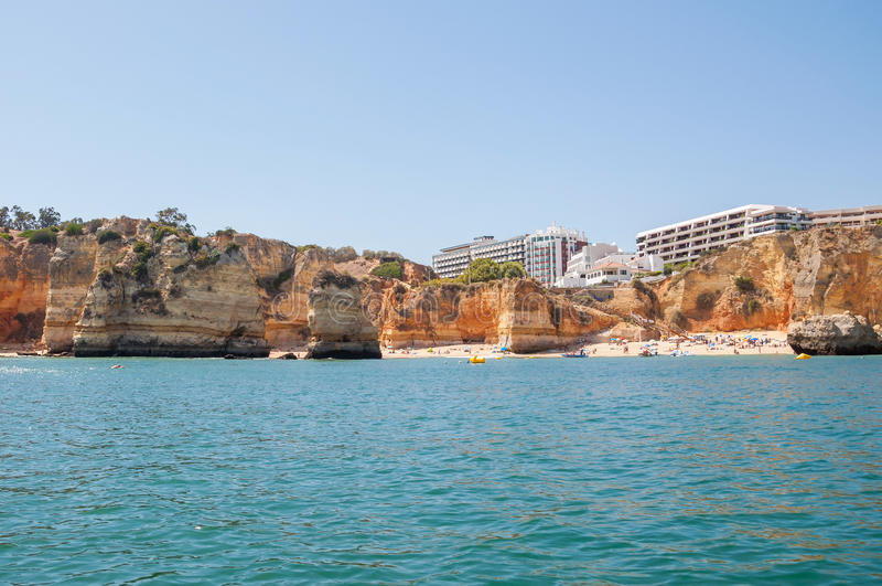 Alberghi di lusso su una costa rocciosa nel Portogallo fotografia stock libera da diritti
