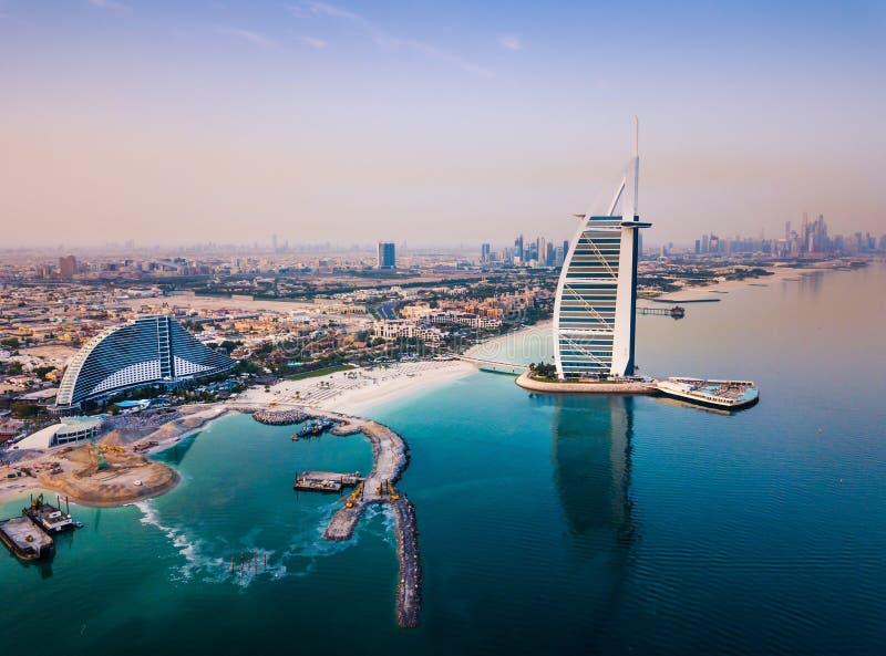 Albergo di lusso di Burj Al Arab e orizzonte del porticciolo del Dubai nei precedenti fotografia stock libera da diritti