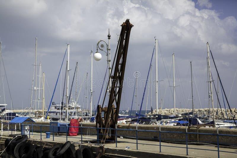 Alberi dell'yacht in porto immagine stock