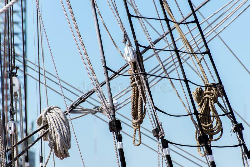 Alberi della barca a vela, sartiame e vele acciambellate immagini stock
