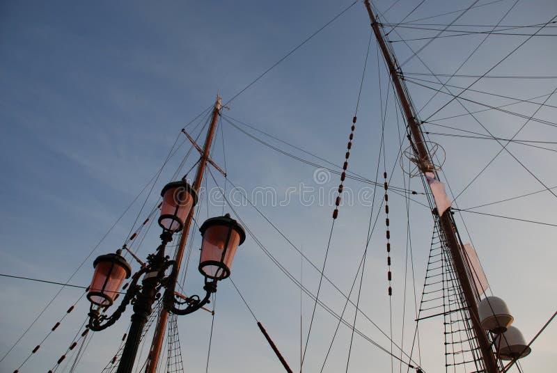 Alberi della posta e della nave della lampada immagine stock