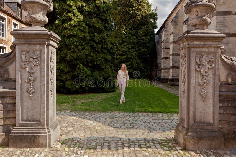 Alberi di erba di camminata del parco della ragazza, grande Beguinage, Groot Begijnhof, Lovanio, Belgio immagini stock libere da diritti
