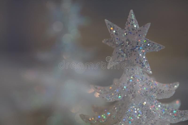 Alberi di Natale bianchi di scintillio della scintilla dell'arcobaleno dell'argento di vacanza invernale con le stelle fotografie stock libere da diritti