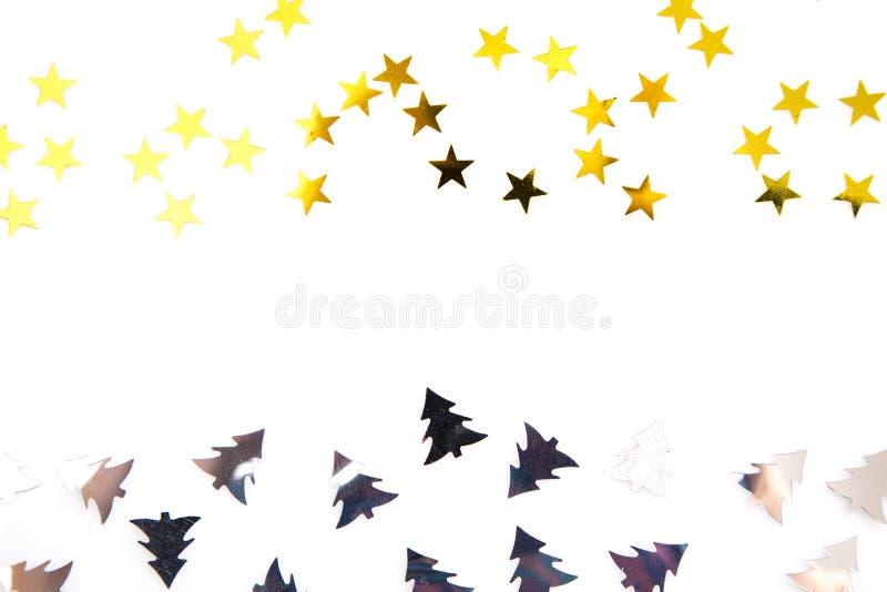 Alberi di Natale d'argento coriandoli e stelle d'oro isolati su bianco fotografia stock