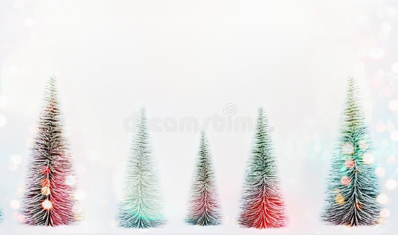 Alberi di Natale decorativi con il bokeh del sole su fondo, sull'insegna o sul modello bianca fotografie stock