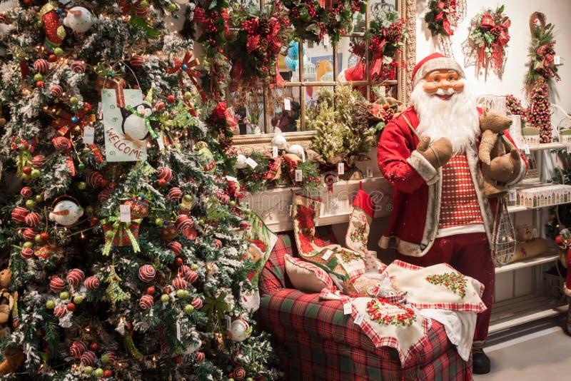 Alberi di Natale e di Santa su esposizione a HOMI, manifestazione internazionale domestica a Milano, Italia immagine stock