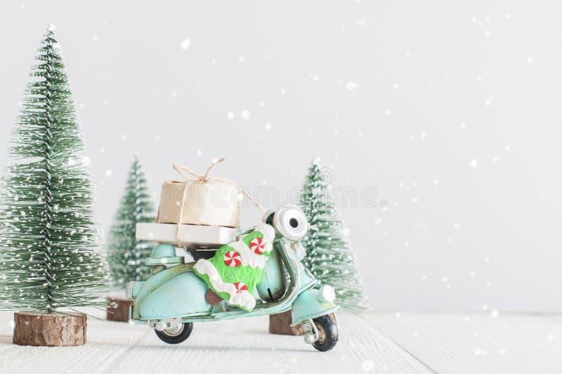 Alberi di Natale e motociclo del giocattolo con i regali immagine stock