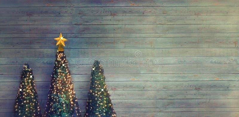 Alberi di Natale su legno immagine stock