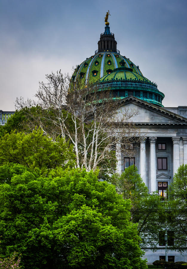 Alberi e la costruzione del Campidoglio dello stato a Harrisburg, Pensilvania immagini stock libere da diritti