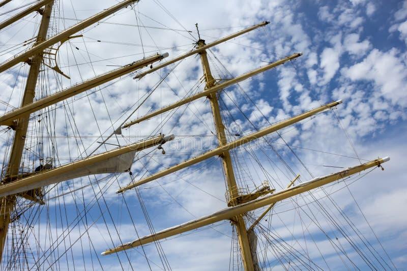 Alberi e sartiame di una nave di navigazione fotografia stock