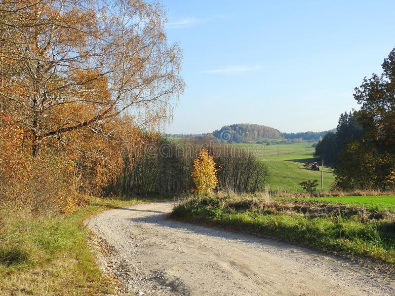 Alberi, modo e funzionamento del trattore nel campo, Lituania immagine stock libera da diritti