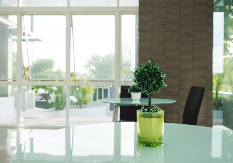 Albero artificiale della decorazione in vaso verde sulla tavola, decorazione moderna interna fotografia stock